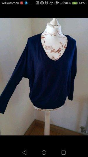 blauer Pullover mit Fledermausärmeln