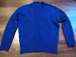 Blauer Pullover mit kleinem V-Ausschnitt