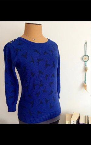 Blauer Pullover mit schwarzen Vögeln