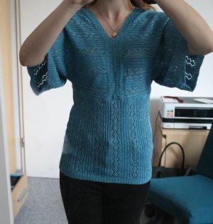 Blauer Pullover mit silbernen Fäden und Flügelärmeln