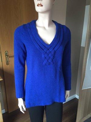 Blauer Pullover mit V-Ausschnitt
