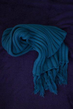 Blauer Schal mit Fransen Winter