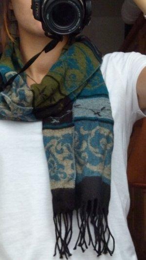 Blauer Schal mit Mustern