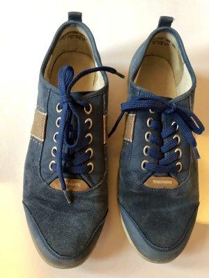 Blauer Sneaker, Waldläufer