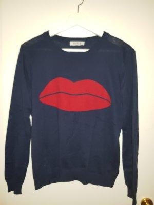 blauer strickpulli mit lippen