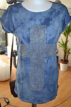 blaues Batik-Tshirt mit Kreuz aus Pailetten