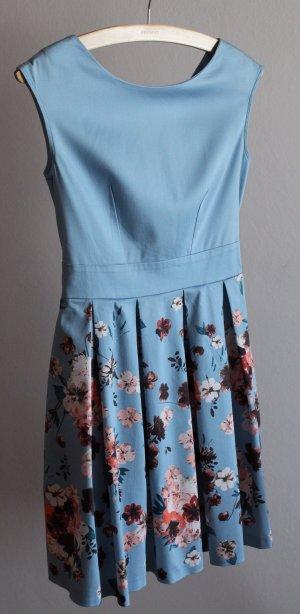 Blaues Blumenkleid