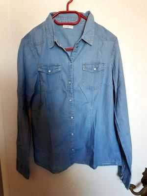 Blaues einfaches Jeanshemd