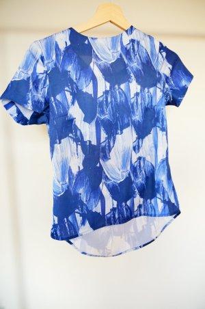 Blaues, gemustertes Shirt