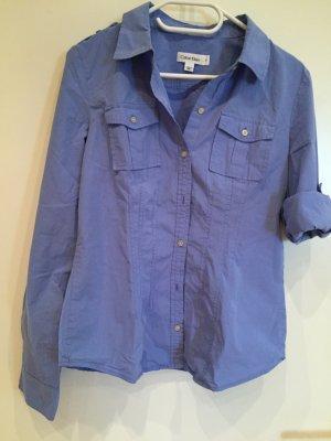 Blaues Hemd mit weißen Nadelstreifen