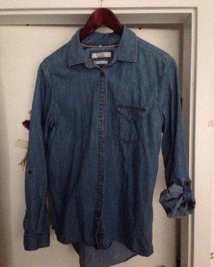 blaues Jeanshemd mit Krempelärmeln