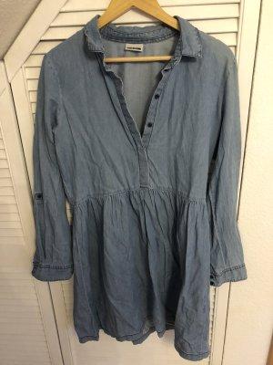 Blaues Jeanskleid mit Knöpfen