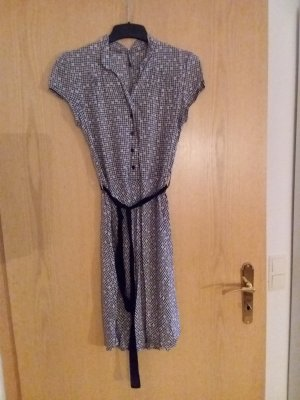 blaues Kleid geblümt