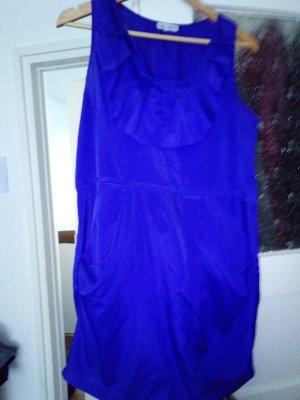 blaues Kleid mit Brustvolant