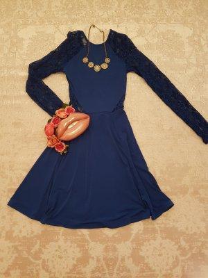 Blaues kleid mit Details
