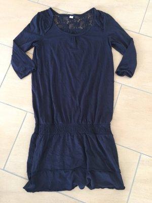 Blaues Kleid mit Dreiviertelarm