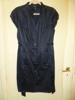 Blaues Kleid mit Knöpfen und Schleife