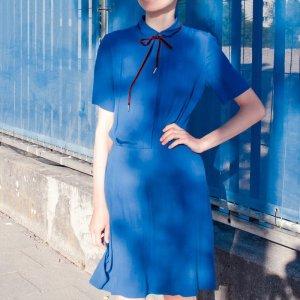 blaues Kleid mit kurzen Ärmeln