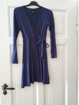 blaues Kleid mit langen Armen