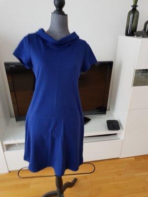 Blaues Kleid mit modischem Kragen