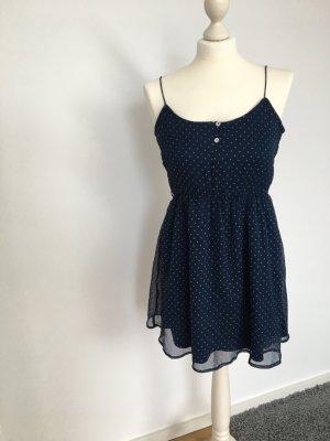 Blaues Kleid mit rosa Punkten