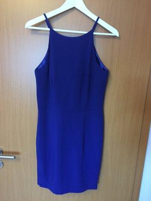 Blaues Kleid mit Rückenschlitz
