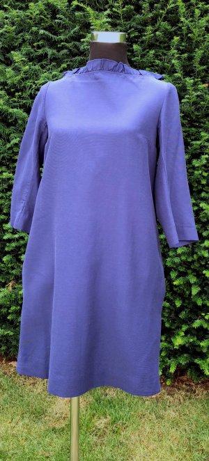 Blaues Kleid mit Rüschen-Stehkragen