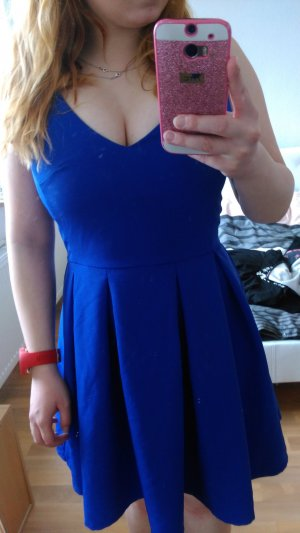 blaues Kleid mit V-ausschnitt