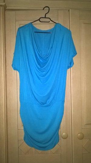 blaues Kleid mit Wasserfallausschnitt
