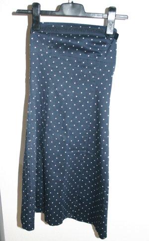 blaues Kleid mit weissen Punkten