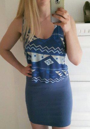 Blaues Kleidchen mit Aztekenmuster