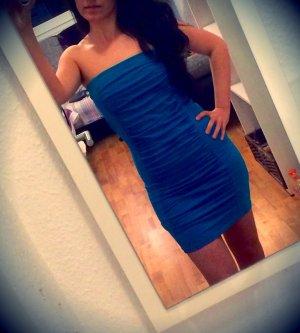 Blaues kurzes Kleid.
