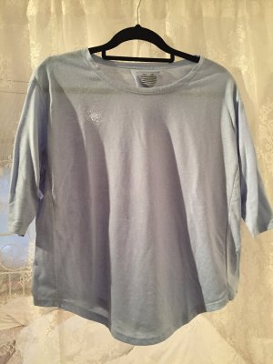 blaues langärmeliges Shirt