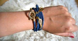 Blaues Lederarmband mit goldenen Charms