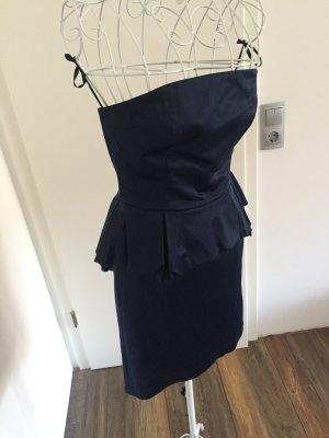 Blaues schulterfreies Kleid