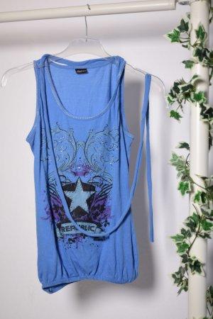 Blaues Shirt mit Strasssteinen von Madonna