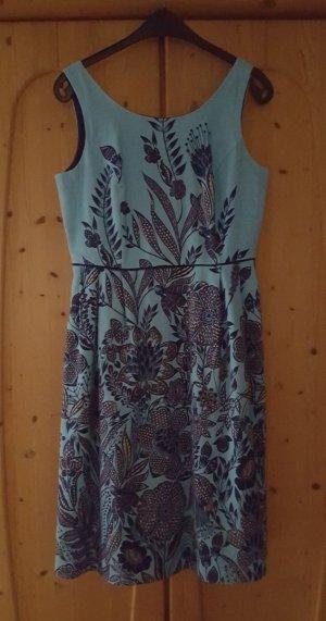 Blaues Sommerkleid mit Blumenmuster