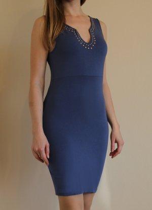 Blaues Sommerkleid mit einem attraktiven Ausschnitt