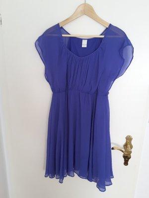 Blaues Sommerkleid mit leichten Ärmeln