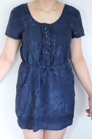 blaues Stoffkleid mit Schnürung