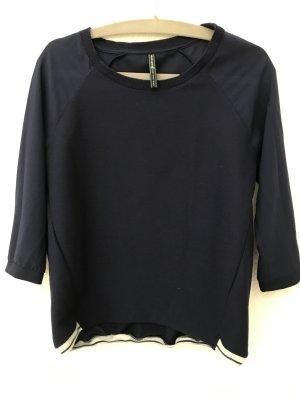 Blaues Sweatshirt mit leicht transparenten Ärmeln