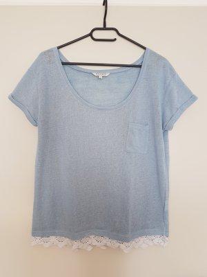 blaues T-Shirt mit Häkelsaum