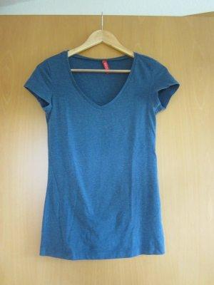 blaues T-shirt mit V-Ausschnitt