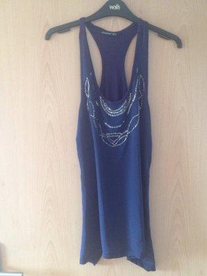 blaues top mit silberner Perlenverzierung