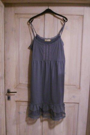 blaues Vintagekleid mit Rüschen