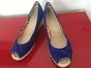 Blitzblaue Ballerinas mit Bastabsatz