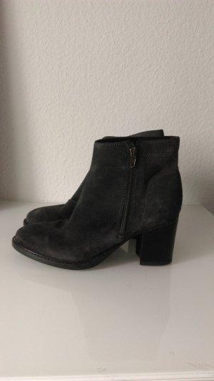Blockabsatz-Stiefeletten aus dunkelgrauem Leder