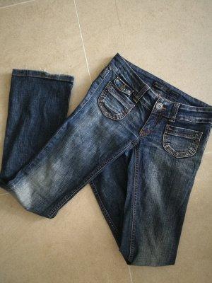 Blue Jeans ausgestelltes Bein