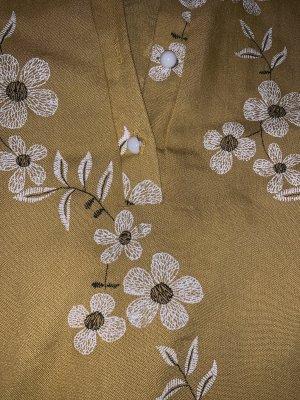 Cuello de blusa marrón arena