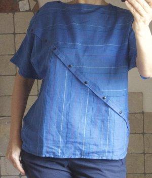 Bluse, Baumwolle/Leinen, blau, mittelblau zarte Streifen in rot, weiß, braun, angeschnittene Ärmel, diagonale Leiste mit Druckknöpfen, gerade geschnitten, leichte Webe, kastiger, gerader Schnitt,  sommerlich, Brustweite: 53 cm, Saumweite: 55 cm, Länge: 61